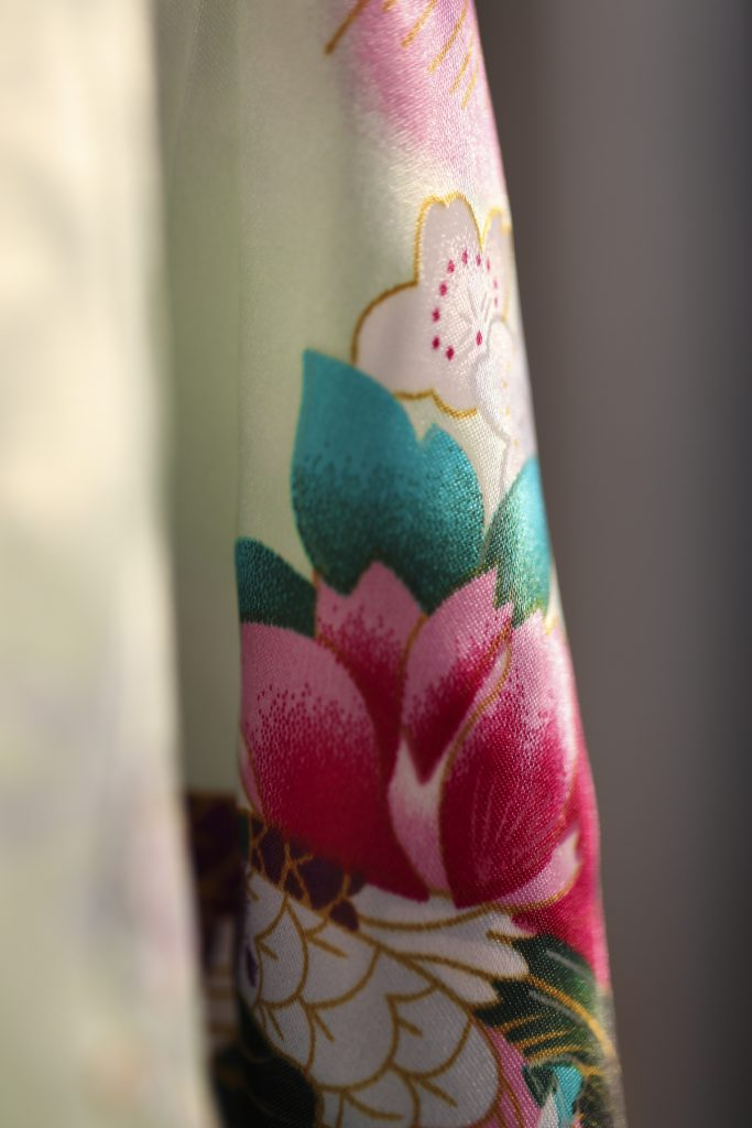Close up productfoto kimono satijn green tea blossom