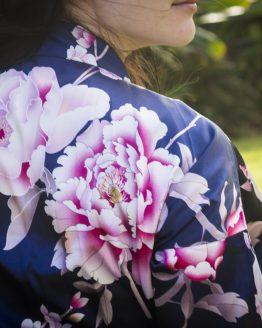 close up productafbeelding kimono satijn blue peony rose