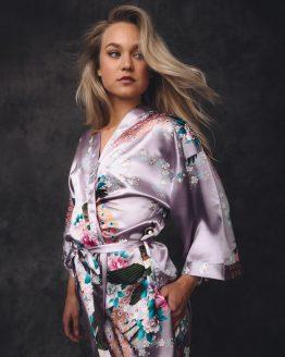 vrouw in satijnen kimono lila met pauw