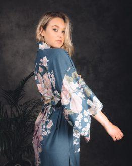 vrouw in japanse kimono met bloemen en pauw