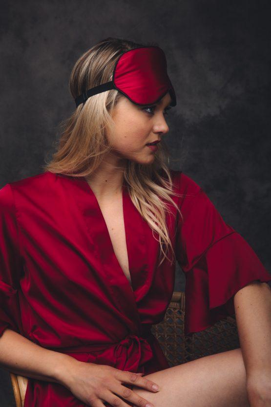 vrouw met slaapmasker satijn rood