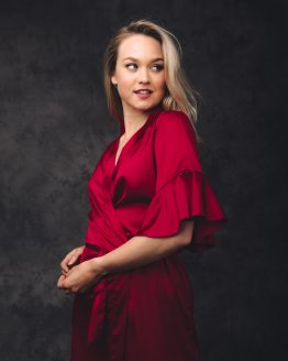 vrouw blij in satijnen kimono rood